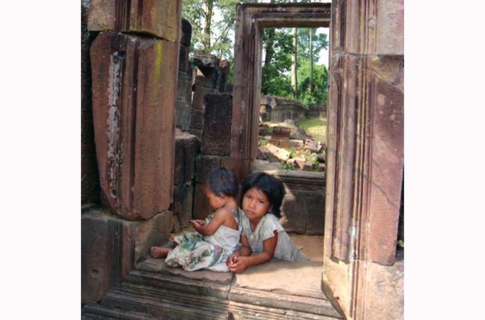 dzieci w ruinach Angkoru
